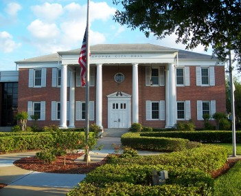 Apopka City Hall in April 2007